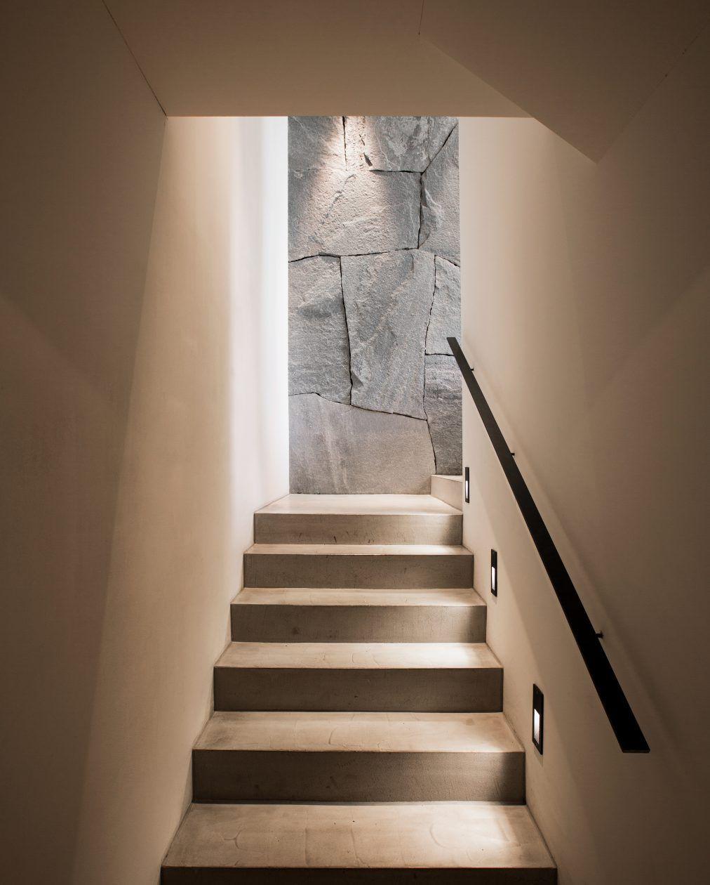 blick vom treppenaufgang zur naturstein wandverkleidung. Black Bedroom Furniture Sets. Home Design Ideas