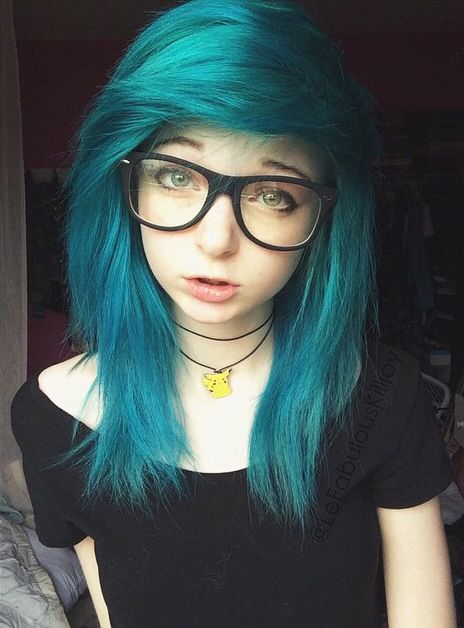 OMGGGG My friend looks exactly like this girl. So gorgeous i love the electric blue hair and necklace #Goals