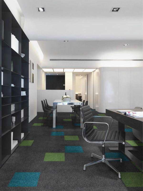 Oficina decorada en color gris el suelo de moqueta en for Oficinas enterprise
