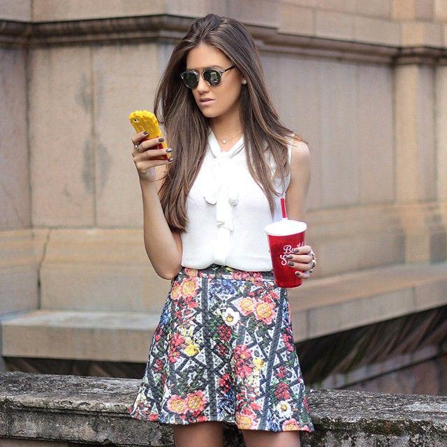 Domingo liiiindo por aqui e eu querendo repetir esse look, pode né? Tô in love com essa saia e essa camisa da @quincystore. Tem como ser mais linda gente  | #QuincyStore #LindadeMorrer #VitoriaPortes