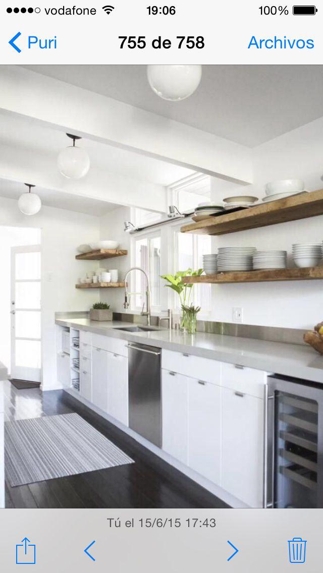 Idea cocina blanca encimera gris clarito con estanteria armarios en color madera pero un pelin - Cocina blanca encimera gris ...