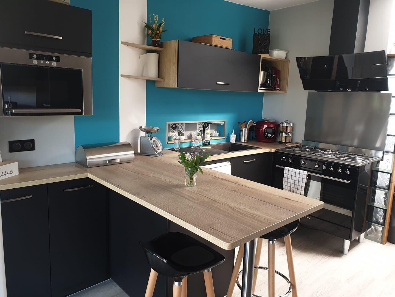 cuisine moderne avec mur bleu cuisine