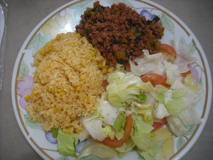 Arroz Con Maíz Carne Molida Con Espinaca Y Ensalada De