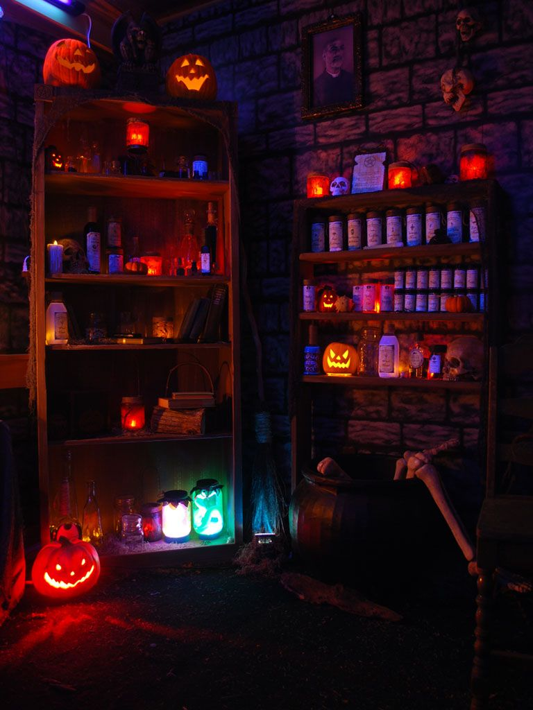 Lighting looks perfect for this witch room halloween for Halloween haunted room ideas
