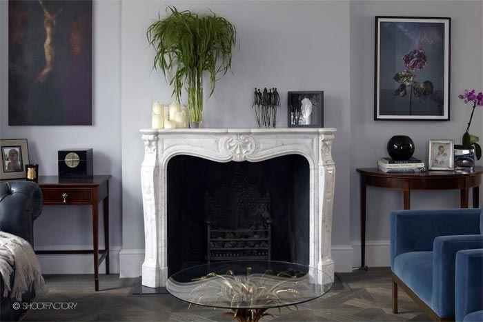 Una casa en Londres decorada en azul, blanco y gris · A blue, white - Kuhfell Teppich Wohnzimmer