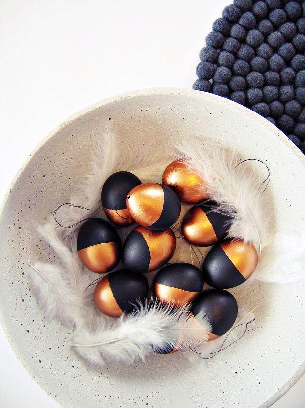 Die Eier mit Tafelfarbe und Kupfer-Acryllack bemalt.....ein paar Federn dazu und fertig!