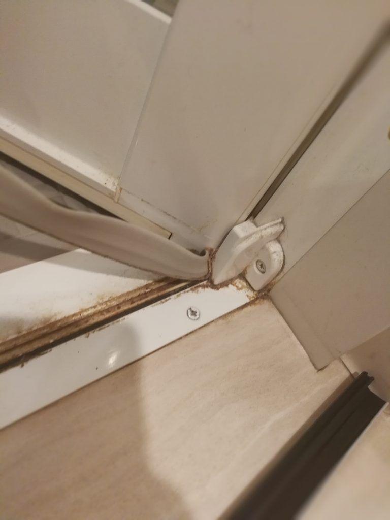浴室ドアのパッキン タイト材 を自分で交換すると実は結構簡単な上 10 000くらい節約できた Biborog 浴室ドア お掃除 パッキン