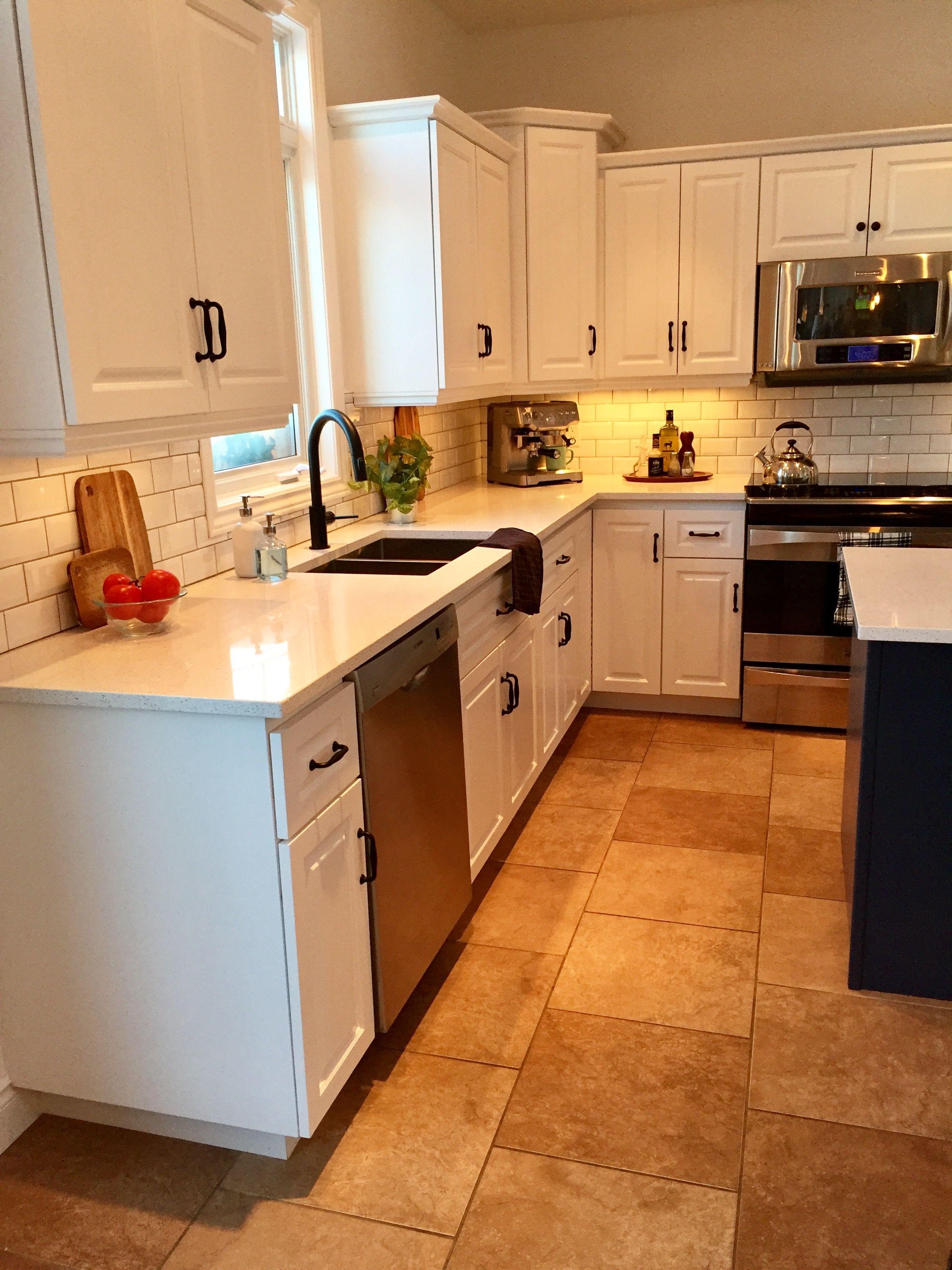 Best Hale Navy Island Quartz Counters Chantilly Lace Cabinets 640 x 480