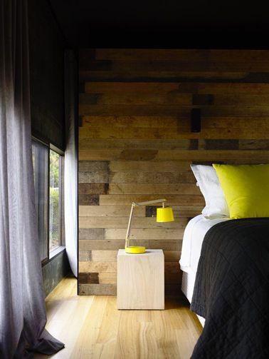 couleur-jaune-pour-deco-chambre-lambris-bois-rideaux-gris ...