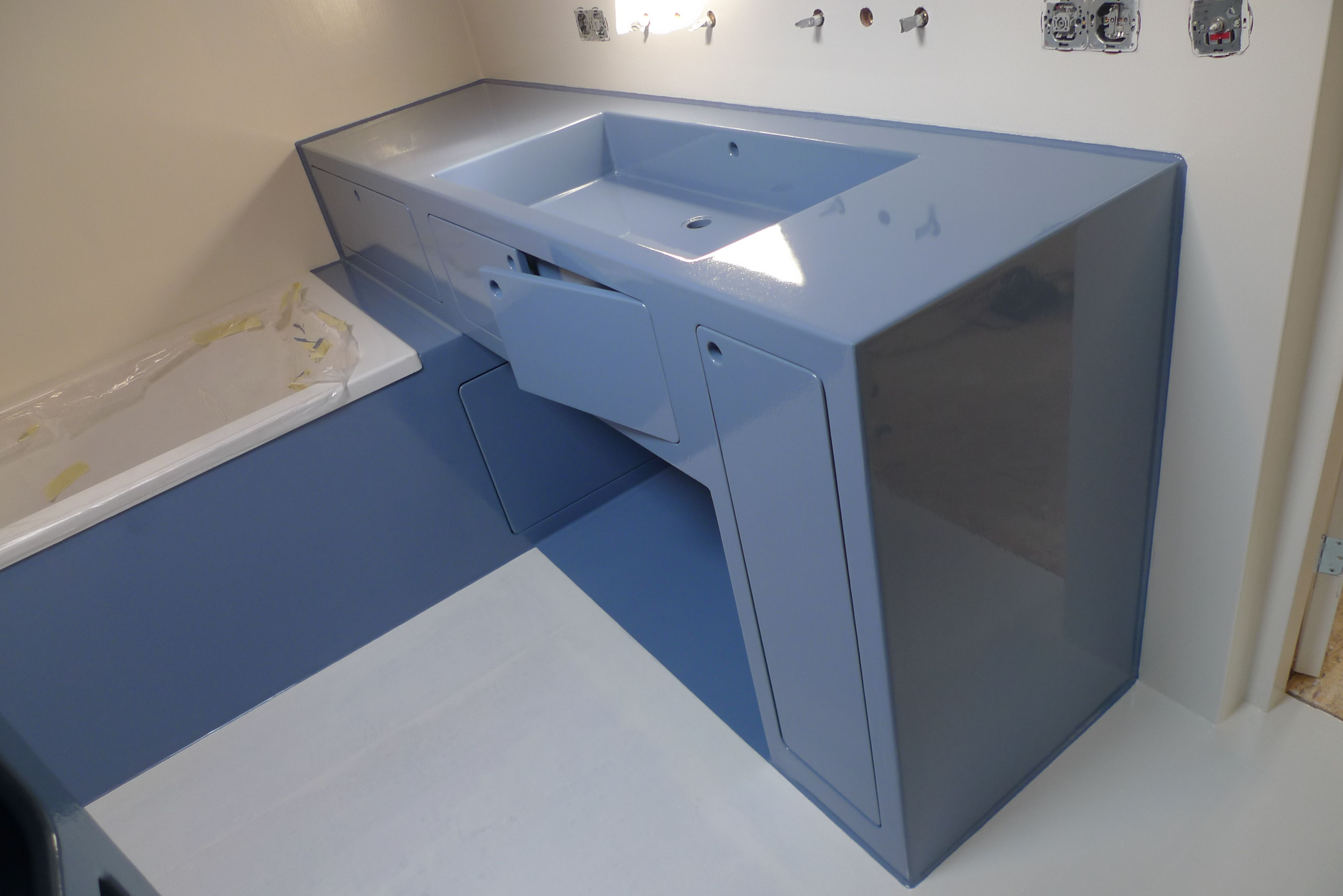 Wastafelmeubel en badkamer van epoxy Sink and bathroom made of ...