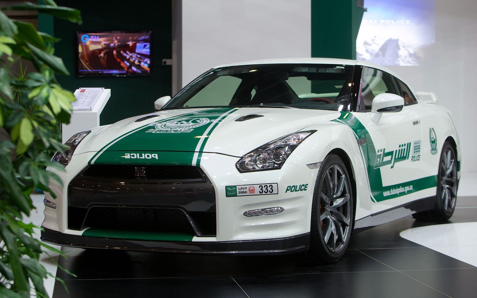 Dubai Police Add Nissan Gt R To Its Luxury Fleet Voiture De Police Voiture Nissan Gt R