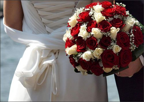Bouquet Sposa Rose Rosse E Bianche.Bride Bouquet In Winter Bouquet Da Sposa