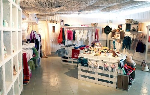 Interiores tiendas con encanto buscar con google for Decoracion de interiores locales de ropa