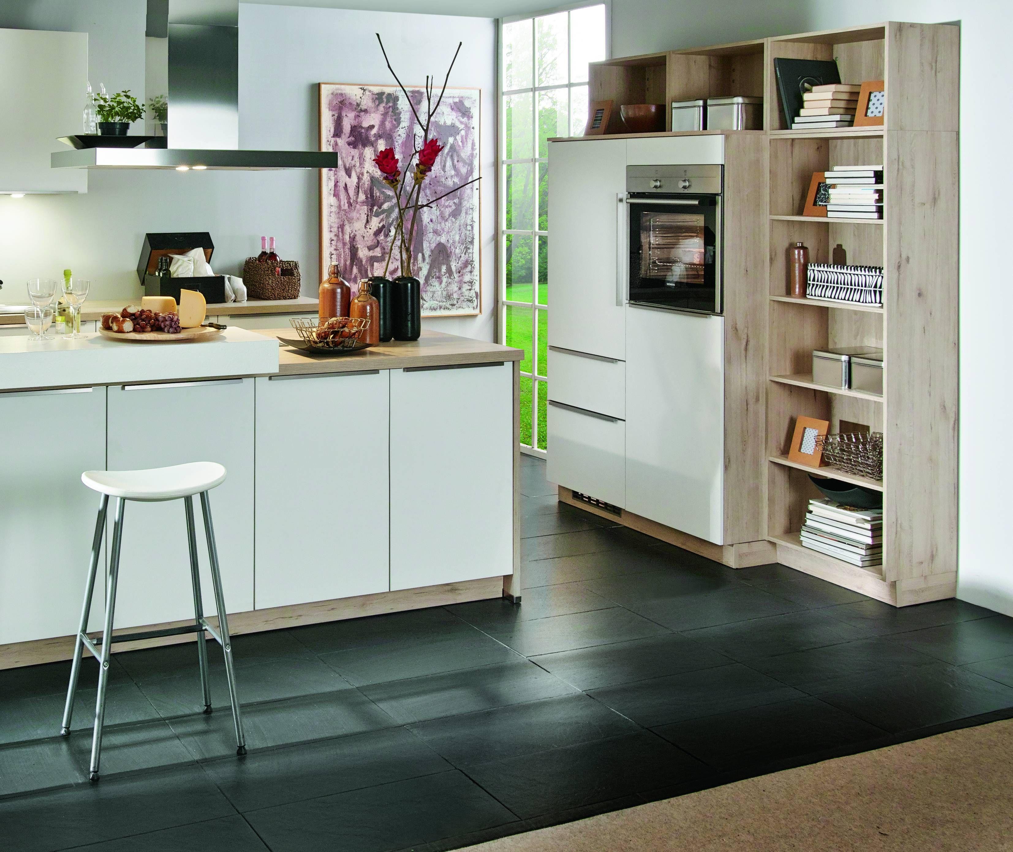 moderne weiße Design Küche mit hellem Holz als Korpus