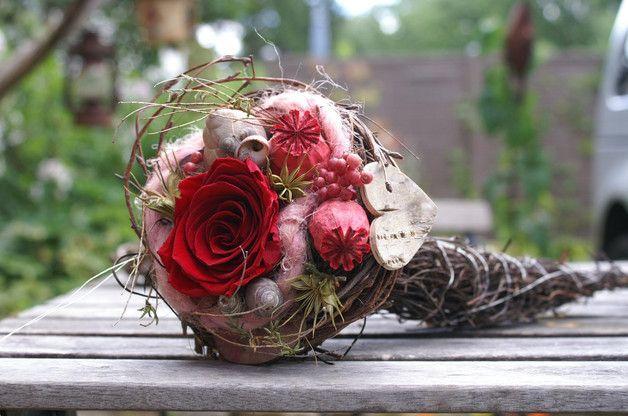 Aus Ästen und Zweigen habe ich dieses Füllhörnchen gebunden. Gefüllt wurde es mit einer echten roten Rose(gefriergetrocknet), Schneckenhäusern,Pfefferbeeren, rosa Filzkordel, rosa Mohnkapseln,... #gesteckeallerheiligen