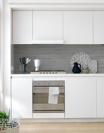 Er zijn verschillende manieren om de keuken rustig te houden: kies voor greeploze deurtjes, werk apparatuur zoveel mogelijk weg en zoek lichte kleuren uit.
