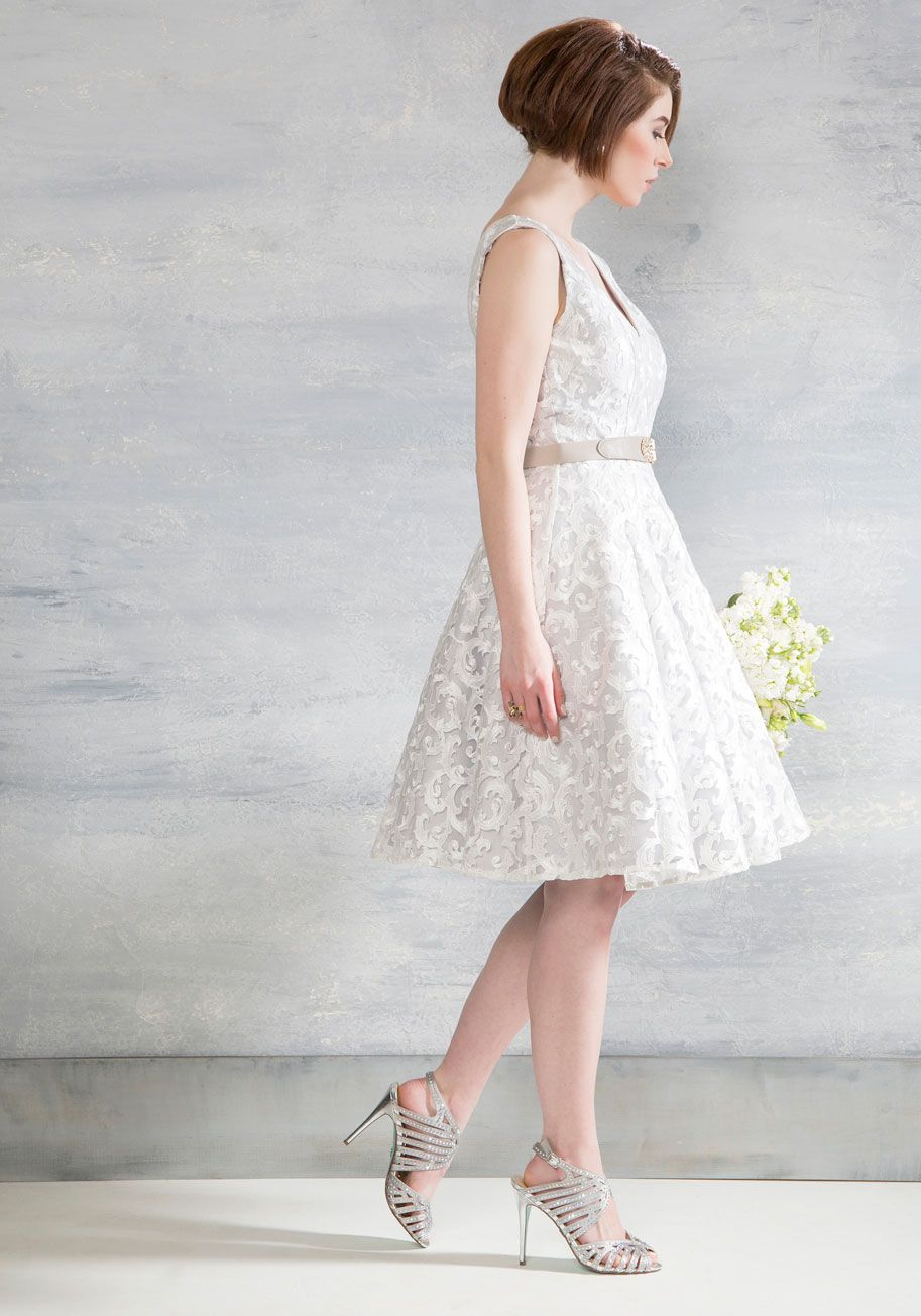 The quickest ticket to an evening of whimsy and wonder is this fit and flare midi by Chi Chi London! Your route to ravishing is clearly paved by the swirling ivory embroidery and soft grey base tone of this elegantly pleated dress, so arriving at your cultivated destination is one fashionable affair.