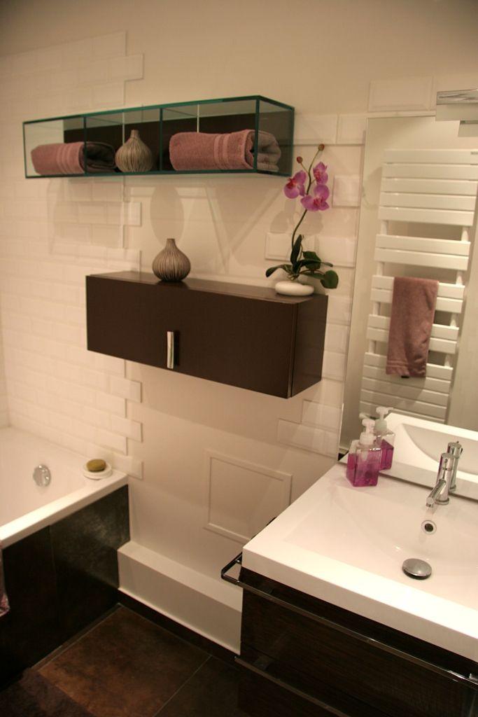 Ameublement design et épuré, mélant marron et violet orchidée Plus
