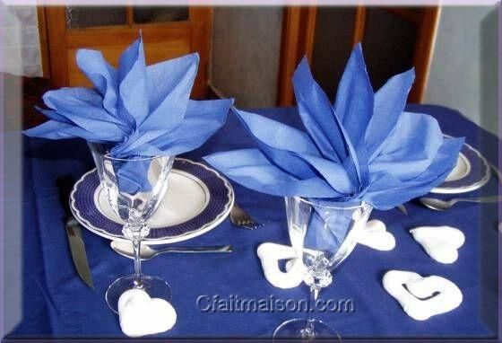 Serviettes pli es en forme de strelitzia dans un verre d coration tables de f tes pliage - Plier serviette table ...