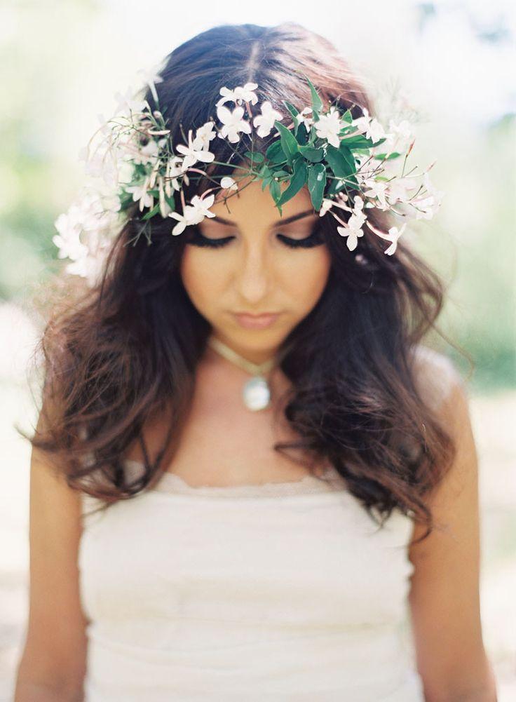 Propozycje Fryzur Slubnych Zywe Kwiaty We Wlosach Wedding Hairstyles With Crown Floral Crown Wedding Wedding Hair Flower Crown