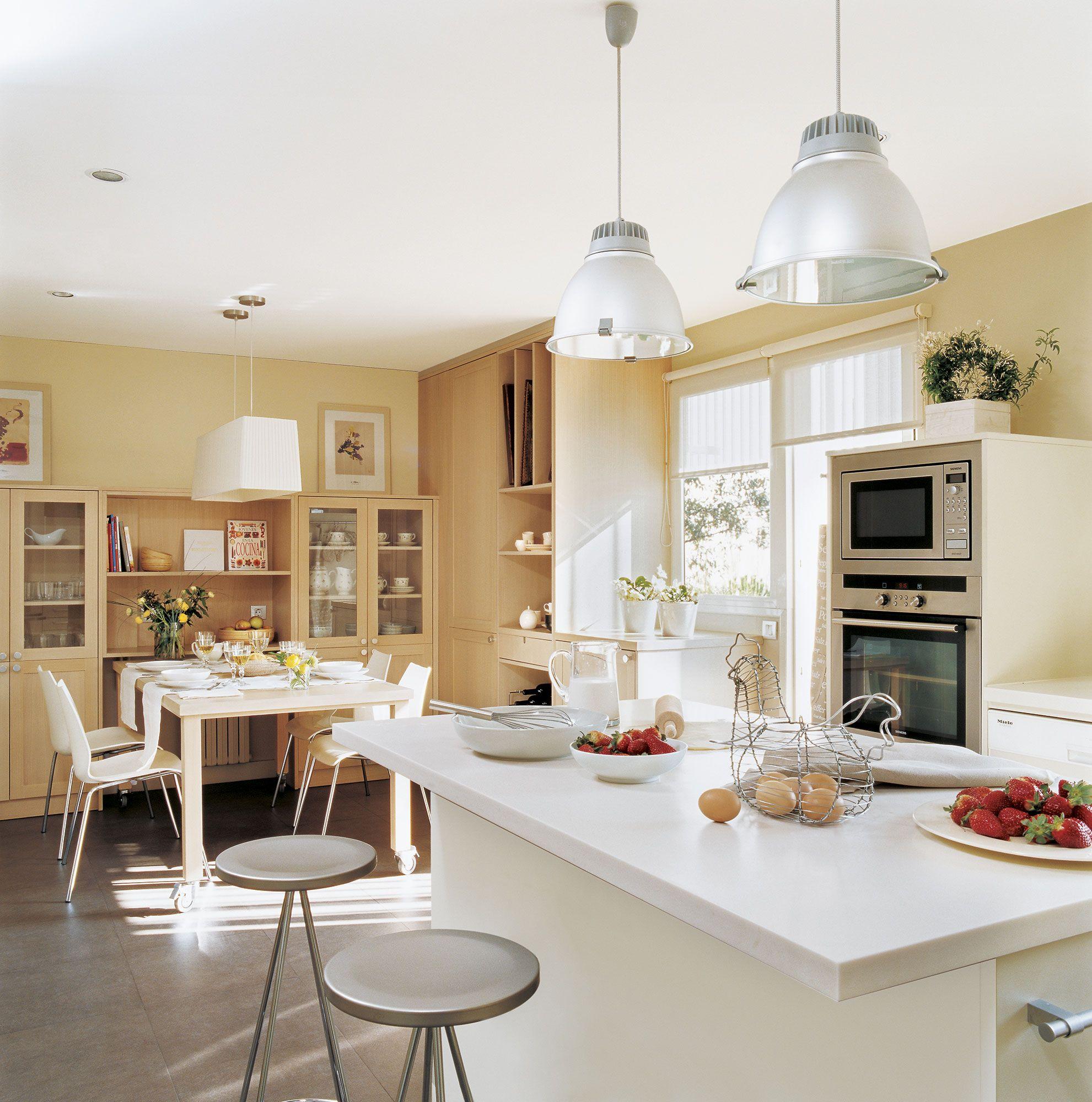 Vista del office desde isla de cocina en colores crema | Mirador del ...