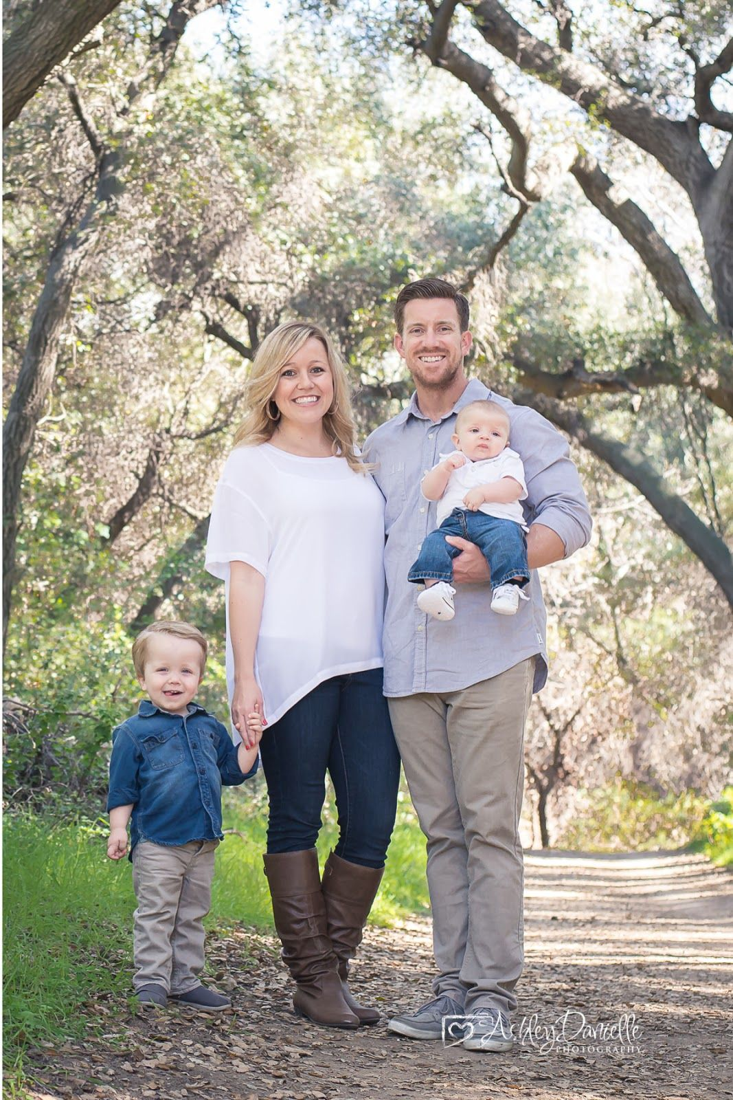 Outdoor Family Photo Of 4 Pose With Young Children Outfit Ideas Ashley Danielle Photography Seattle Photographer