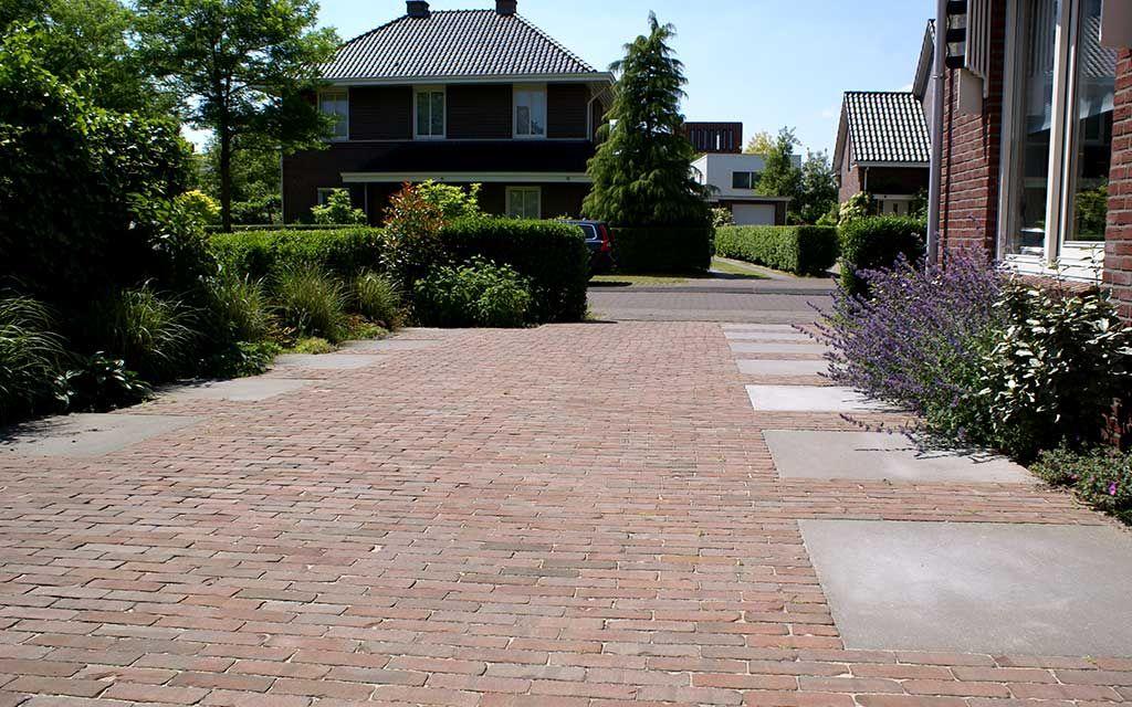 Tegels Voor Oprit : Oprit grote tegels met gebakken klinkers tuin tuin