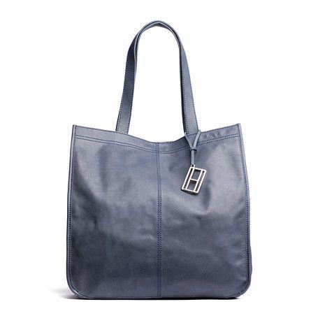 Klare Linien verleihen der klassischen Tote Bag aus gewaschenem Leder einen edlen Look. Mit Metall-Anhänger im Tommy Hilfiger Flaggen-Design an den kurzen Tragegriffen und silbrig glänzender Hardware. Ohne Innenfutter.Maße: 37 x 17 x 48 cm.