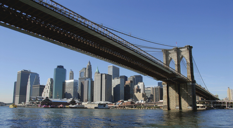 Imagen de http://www.noticiassin.com/wp-content/uploads/2014/11/Un-barco-golpea-el-puente-de-Brooklyn-en-Nueva-York-sin-causar-danos.jpg.