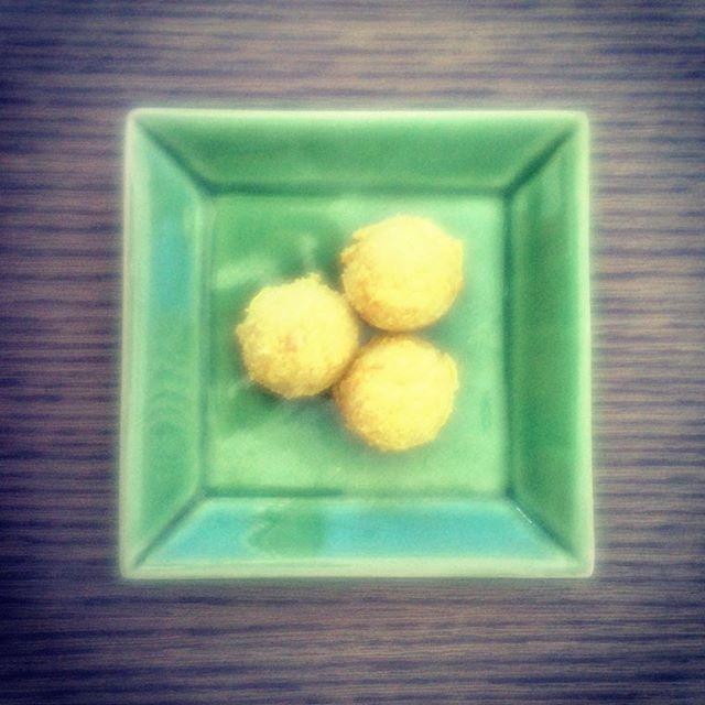 Because I love everything about fresh summer fruit #mango #powerballs