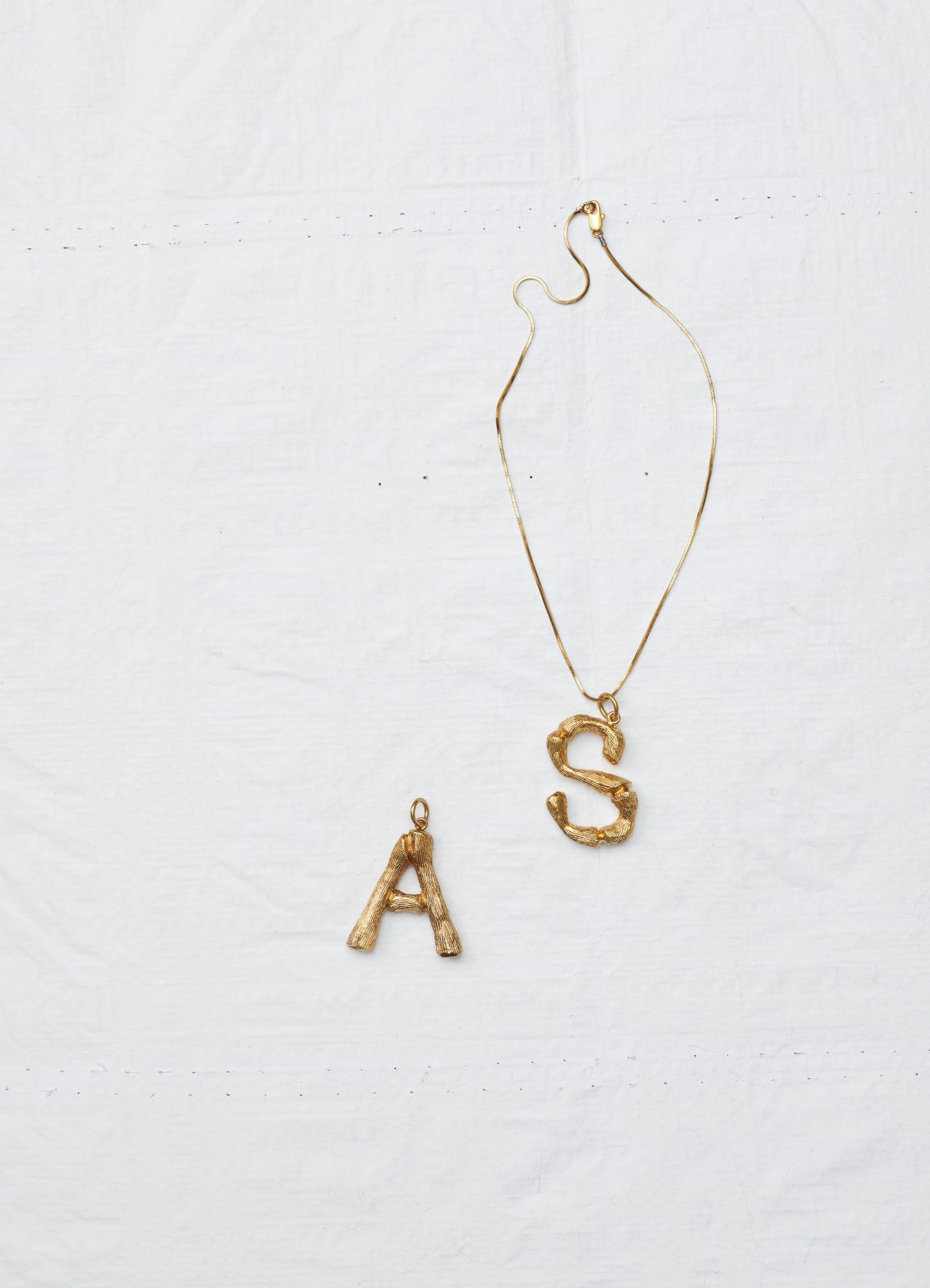 7df89f3c646031 Chain in brass with gold finishing + Alphabet S Pendant in brass | CÉLINE