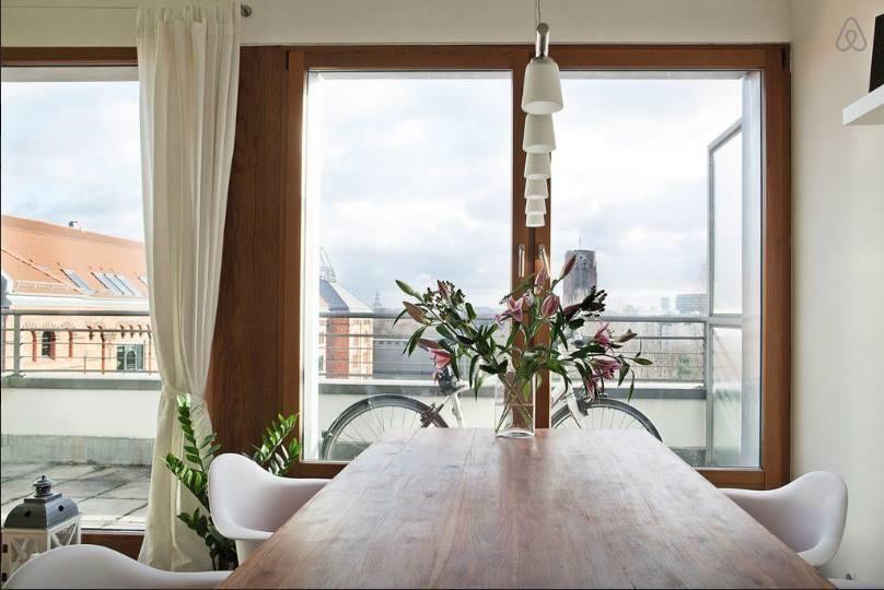 Modernes Esszimmer mit Balkonzugang und Blick auf Berlin