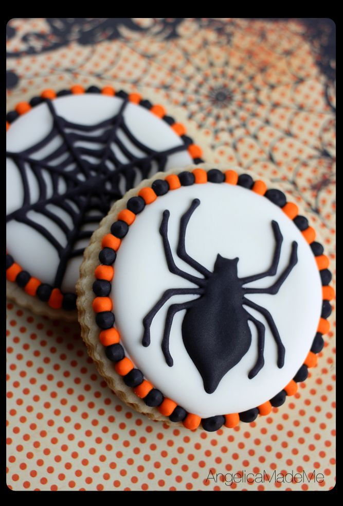 Halloween sweets - black & white spiders and spider webs are the perfectly creepy holiday addition. #halloweensugarcookies