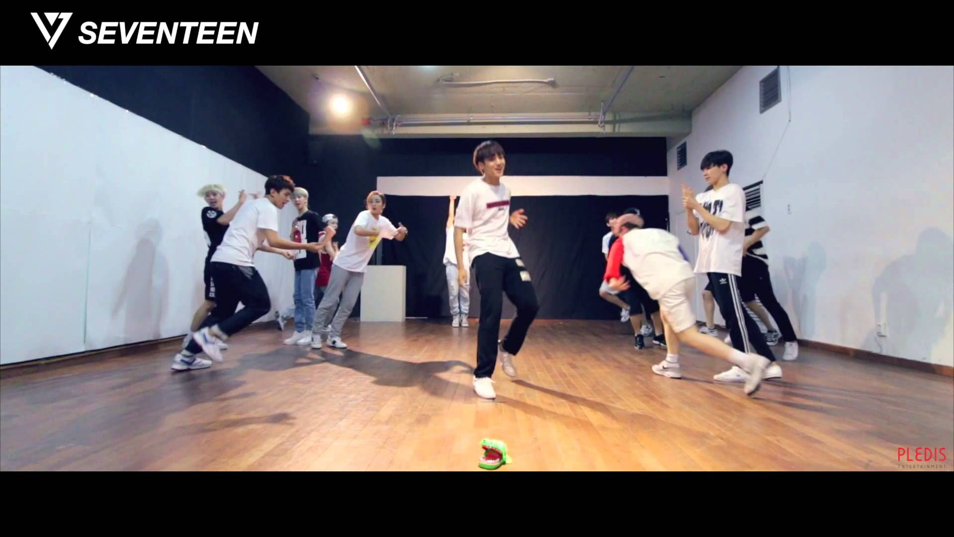 [Dance Practice] SEVENTEEN(세븐틴) - '아낀다(Adore U) - 'Fixed Cam' Ver. AWW they're such dorks lol