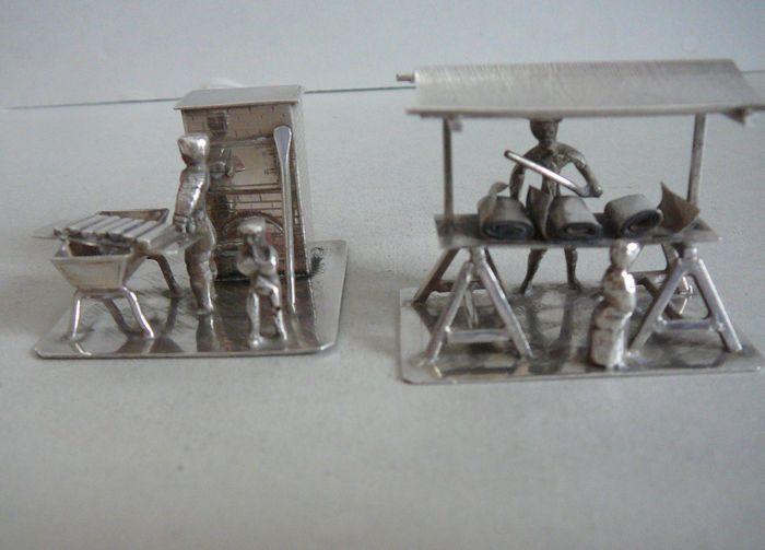 Online veilinghuis Catawiki: Twee zilveren miniaturen, stoffenkraam en bakkerij