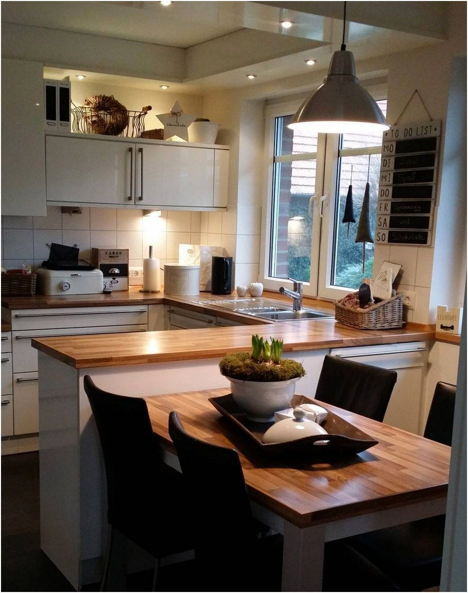 Cuisines blanches avec des comptoirs en bois. Confetti vivant ...