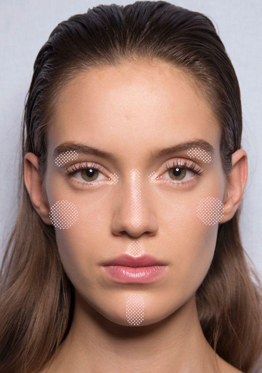 Highlighter: An diesen 8 Stellen im Gesicht solltest du ihn auftragen
