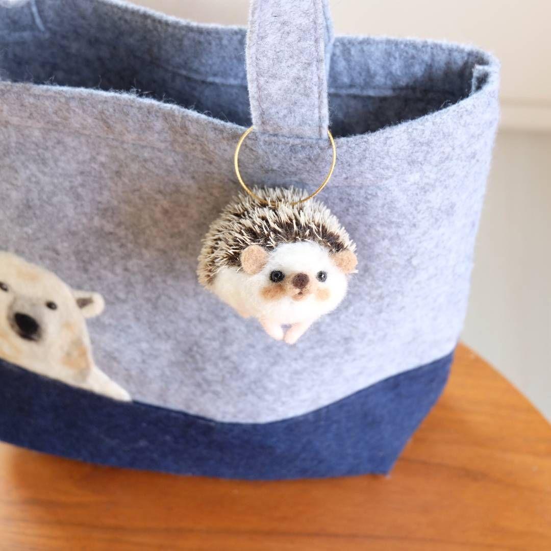 鞄に付けるとこんな感じです。  (鞄30cmくらい)  もちろんストラップ部分は取り外せるので家に飾るのも違和感ありません。でも出来ればお出掛けしてくださる方にお届けしたいです