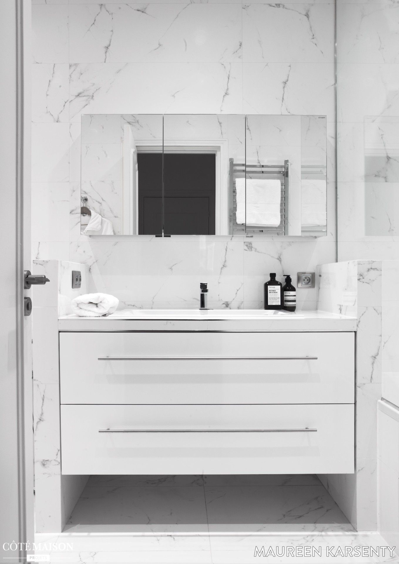 salle de bains en marbre blanc dans un pied terre deux pas des champs elys es salle de. Black Bedroom Furniture Sets. Home Design Ideas