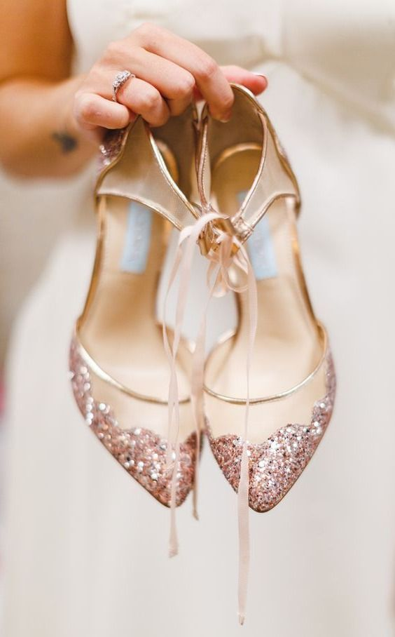 40 Rose Gold Metallic Wedding Color Ideas is part of Gold wedding shoes, Rose gold wedding shoes, Rose gold wedding cakes, Champagne wedding shoes, Blush wedding shoes, Country wedding shoes - [tps header]If you are anything like me, you do what you can to avoid that yellowy gold  Rose gold, however, is a completely different story  I have completely fallen in love with rose gold! It's a softer way to incorporate sparkle and works well when mixing with a light color palette  That