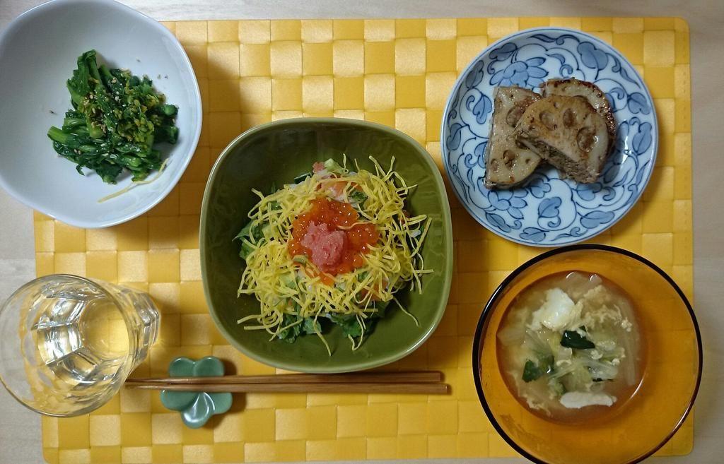 2015/3/1 今日はフライング雛祭りだっ!!!ちらし寿司(見えないがサーモンとキュウリも入れたぜ)、菜の花のお浸し、肉の蓮根はさみ焼き、白菜と小松菜の玉子スープ。食後に近所の和菓子やさんで買った桜餅も食べた。満足。