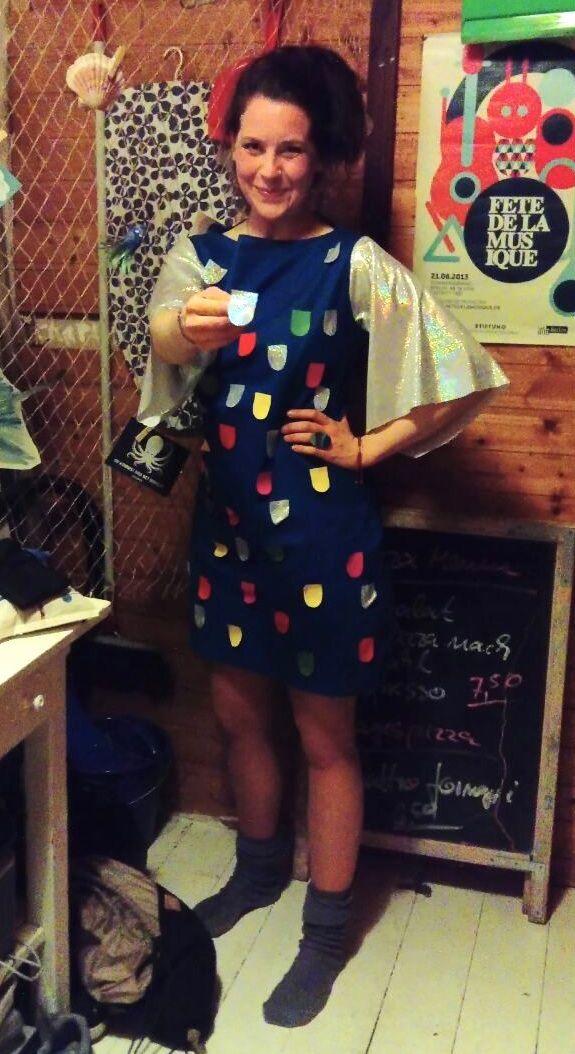 c4d5b0502959  costume  rainbowfish  diy Regenbogenfisch-Kostüm - ganz easy  blaues  Kleidchen nähen, lange flatterige Ärmel aus glitzerndem Stoff…    Regenbogenfisch
