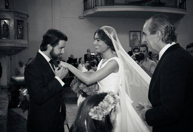 Conchita con una diadema joya que sujetaba el velo. #tocado #headpiece #bride #wedding #boda #novia