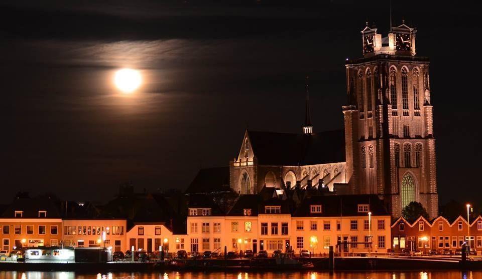 Avond met supermaan, foto van Leo den Otter. Dordrecht met de Grote of Onze lieve vrouwe kerk.