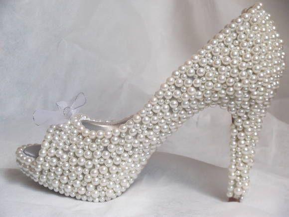 10e553e64 Sapato coberto por pérolas, com detalhes em strass prata e fita voil nos  laços. A noiva deve enviar um sapato de sua preferência.
