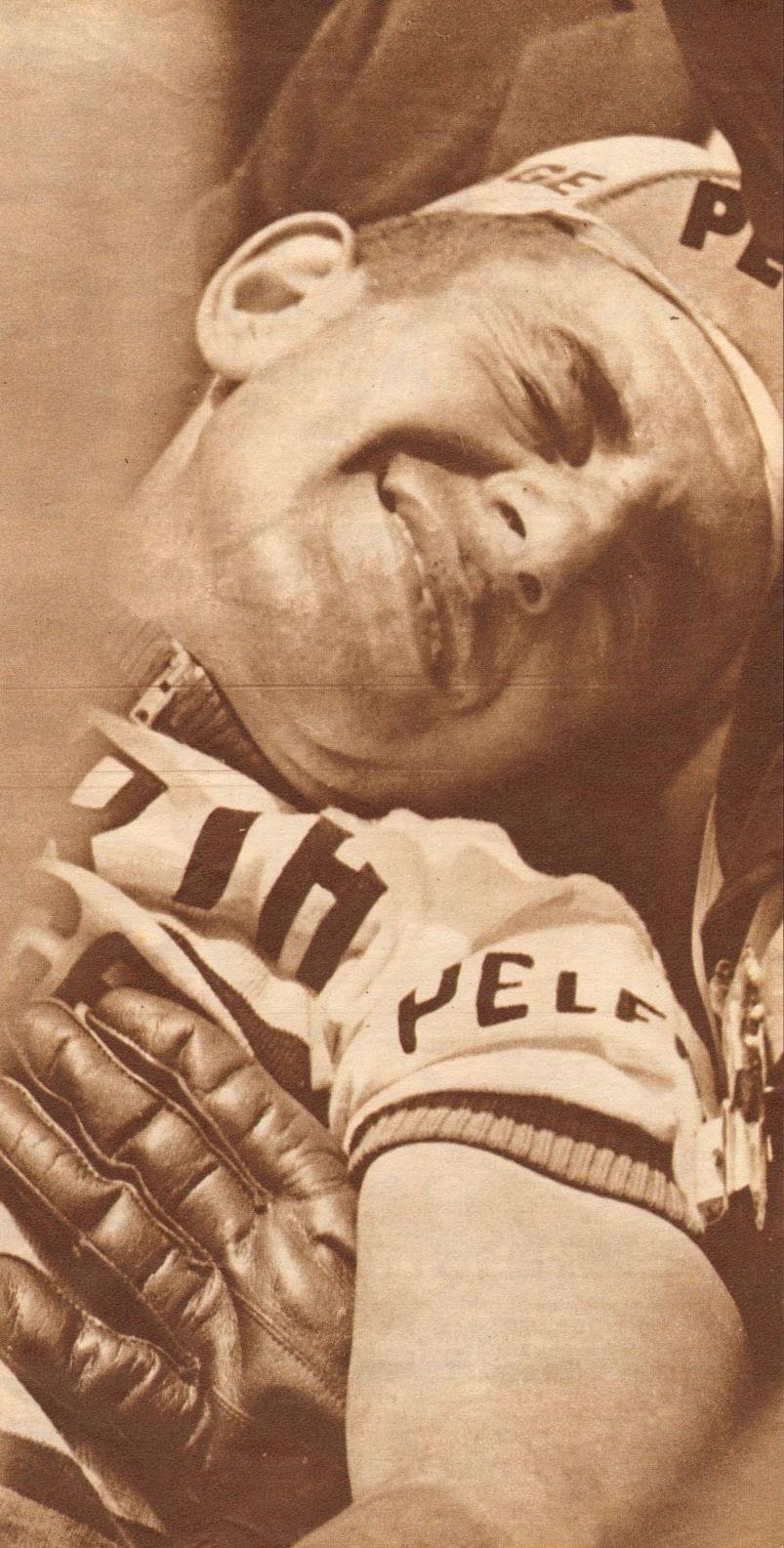 Tour de France 1965. 24-06-1965, 3^Tappa. Roubaix - Rouen. Georges Groussard (1937) cade e si frattura il femore: per lui il Tour 1965 è già finito [Miroir Sprint] (www.cyclingpassions.eu)