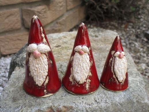 Pères Noël en céramique #ceramicart Pères Noël en céramique #diypottery #diy #pottery #glaze