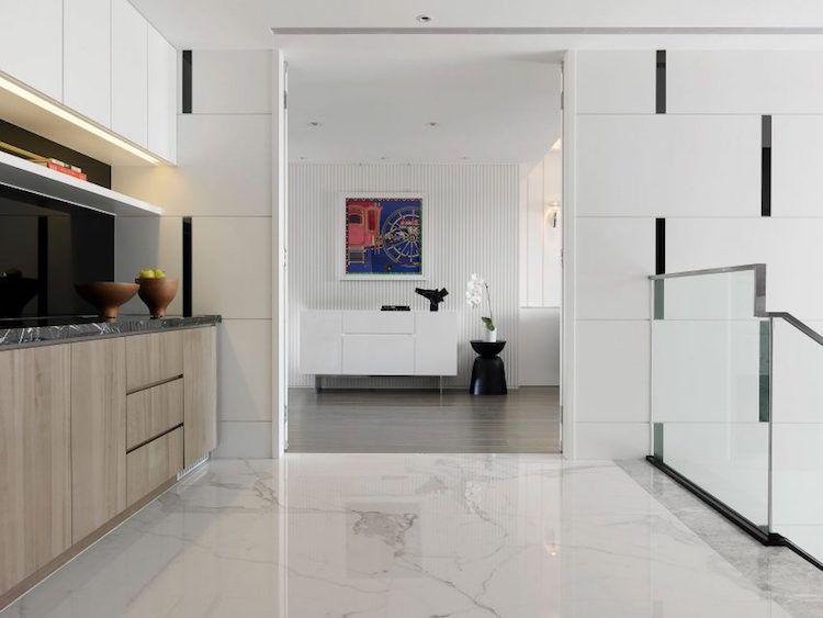 Carrelage Marbre Blanc Deco En Marbre Noir Et Accents Bleus Un Appartement A Taiwan Maison 2018 Carrelage Marbre Blanc Interieur D Appartement Marbre Blanc