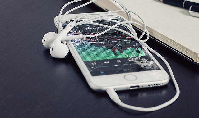Laga iPhone Stockholm  - Vi utför iPhone 6S, 6 Plus, 5, 5C, 5S reparation med största noggrannhet och vi använder alltid Original kvalitétsdelar till att reparera våra mobiltelefoner. Hos oss kan du laga allt på en iPhone, såsom iPhone 5 glasbyte, skärmbyte, batteribyte, byte av strömknapp / power-knapp, hemknapp och även vattenskada.  #iPhone #Reparation #Stockholm