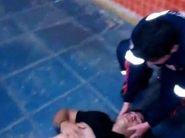 Jovem sendo atendido no chão A imagem de um jovem de 20 anos deitado no chão da base do Serviço Móvel de Urgência (Samu) de João Pessoa foi registrada pelo tio da vítima no final da noite do sábado...